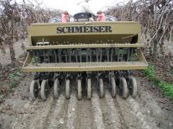 Diskový secí stroj pro přísevy do vinice  - Schmeiser Seed Drill VD60PW