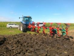 Návěsný pluh KVERNELAND PN 100, brázdí pole ve firmě FOREST AGRO, s.r.o., v Hruškách