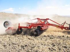 Předváděcí stroje připraveny do polí